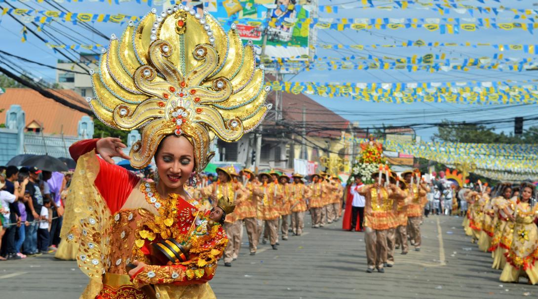 Lokala människor på Filippinerna sjunger och dansar under Sinualogfestivalen